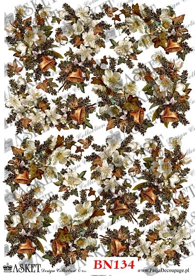 gałązki świerku udekorowane dzwoneczkami i białymi kwiatkami