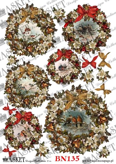 ptaki w okrągłych stroikach z kwiatami i gałązkami choinki